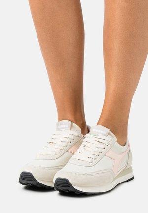 KOALA REPLICANT - Trainers - beige alabaster