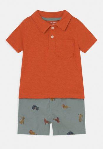 2-Piece Jersey Polo & Short Set - Kraťasy - orange/blue-grey