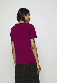 adidas Originals - TREFOIL TEE - T-shirt med print - power berry/white - 2