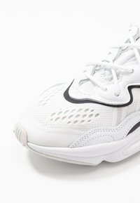adidas Originals - OZWEEGO - Matalavartiset tennarit - footwear white/grey one/crystal white - 5