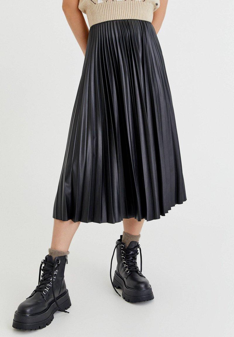 PULL&BEAR - PLISSIERTER VINYL - A-linjekjol - mottled black