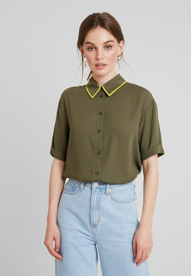 SHORTSLEEVE BOXY WITH PIPING - Button-down blouse - olive night