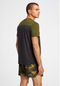 ASICS - Print T-shirt - graphite grey/smog green - 3