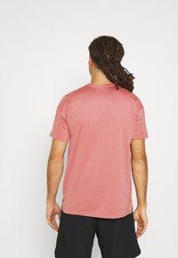 Nike Performance - DRY  - T-Shirt basic - canyon rust/rust pink/black - 2
