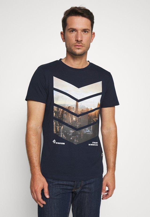 WITH FOTOPRINT - T-shirt print - sky captain blue
