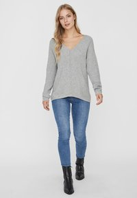 Vero Moda - V-AUSSCHNITT - Jumper - light grey melange - 1