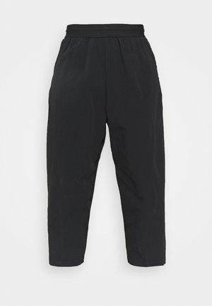 CROP PANT PINACLE - Teplákové kalhoty - black/gray