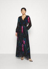 Guess - EKATERINA DRESS - Długa sukienka - botanical flow - 0