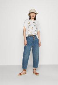 Levi's® - GRAPHIC VARSITY TEE - T-shirt imprimé - white - 1