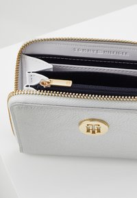 Tommy Hilfiger - CORE MEDIUM METALLIC - Wallet - grey - 4