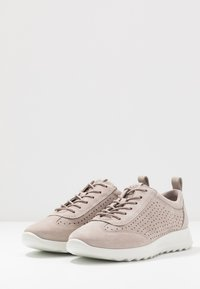 ECCO - ECCO FLEXURE RUNNER W - Sneakersy niskie - grey rose - 4