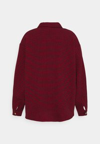 Missguided Plus - DOGTOOTH SHACKET WITH POCKETS - Summer jacket - red - 1