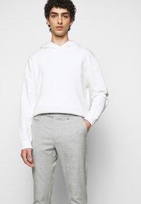 Les Deux - COMO CHECK SUIT PANTS - Trousers - grey melange/offwhite - 3