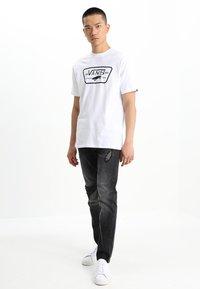 Vans - MN FULL PATCH - Print T-shirt - white/black - 1