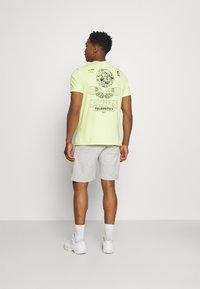 Redefined Rebel - ANDRÉ - Shorts - light grey melange - 2