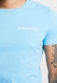 Calvin Klein Jeans - SMALL INSTIT LOGO CHEST TEE - T-shirt basic - blue - 5