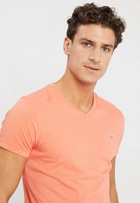 GANT - THE ORIGINAL SLIM V NECK - T-shirt - bas - coral orange - 4