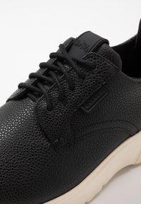 Coach - SCOTCH GRAIN HYBRID DERBY - Sneaker low - black - 5
