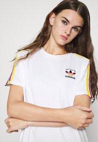adidas Originals - STRIPES SPORTS INSPIRED REGULAR DRESS - Sukienka z dżerseju - white/multicolor - 3