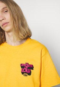 HUF - OPPOSITE OF LOW TEE - Print T-shirt - golden - 4
