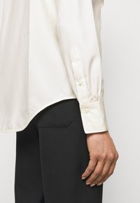 Victoria Beckham - VICTORIAN DETAIL BLOUSE - Button-down blouse - off white - 4