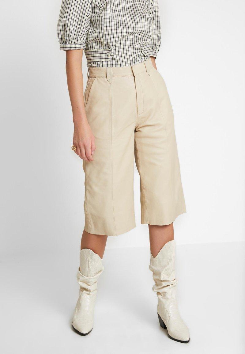 Gestuz - SURI - Leather trousers - safari