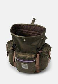 anello - SABRINA FLAPPY BACKPACK UNISEX - Batoh - dark green/purple - 2