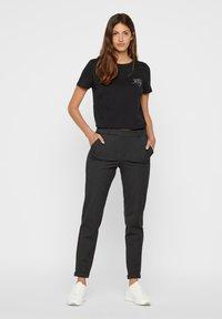 Vero Moda - VMMAYA LOOSE SOLID PANT  - Pantalon classique - dark grey melange - 1