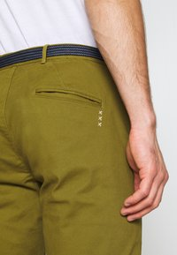 Scotch & Soda - STUART PEACHED WITH GIVE AWAY BELT - Chino - military green - 5