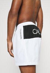 Calvin Klein Swimwear - CORE PLACED LOGO MEDIUM DRAWSTRING - Badeshorts - white - 2