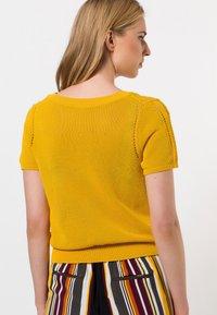 zero - MIT RUNDAUSSCHNITT - Print T-shirt - yellow curry - 1