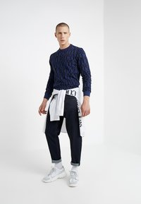 Versace Jeans Couture - PANTALONE - Jeans relaxed fit - indigo - 1