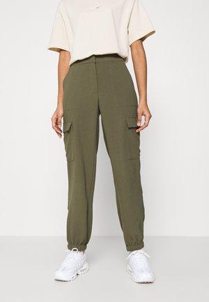 VMBITTEN PANT - Trousers - ivy green