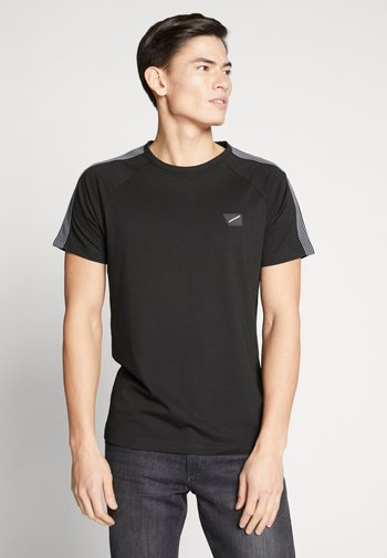 STRIPED TAPE AND PATCH - Print T-shirt - black