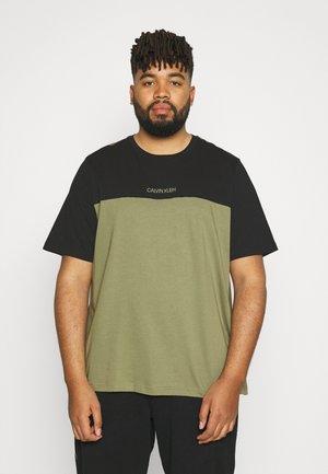 COLOR BLOCK - T-shirt - bas - delta green