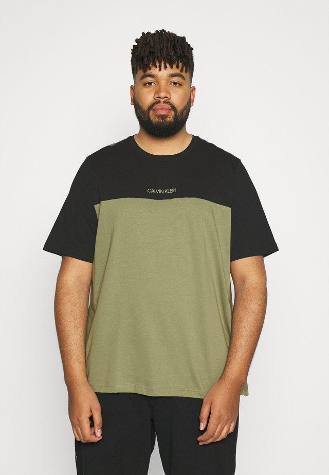 COLOR BLOCK - T-shirt basic - delta green