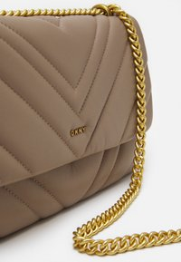 DKNY - VIVIAN DOUBLE SHOULDER FLAP  - Håndveske - toffee - 4