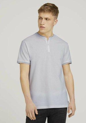 MIT STREHKRAGEN - Basic T-shirt - white
