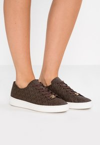 MICHAEL Michael Kors - KEATON LACE UP - Sneakers laag - brown - 0