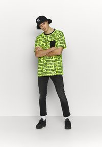 Cayler & Sons - CRITICALLY ACCLAIMED SEMI BOX TEE - T-shirts med print - volt/black - 1