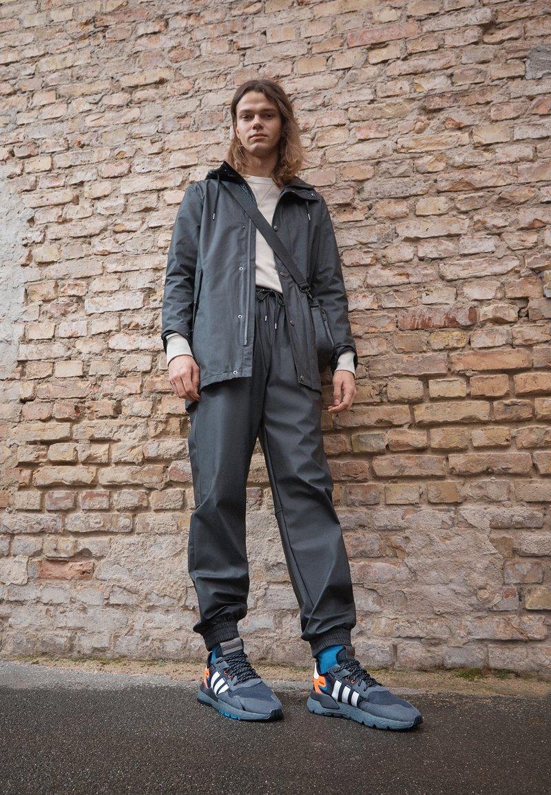 adidas Originals - NITE JOGGER UNISEX - Tenisky - footwear white/grey six/acid mint