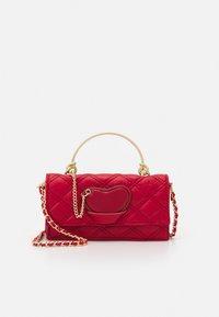PARFOIS - CROSSBODY BAG HEARTS - Taška spříčným popruhem - red - 0