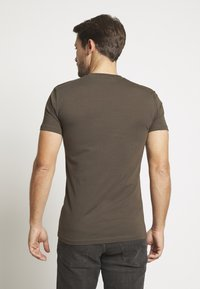 Antony Morato - SPORT ROUND NECK COLLAR WITH PLAQUETTE ON CHEST - T-shirts basic - green / kaki - 2