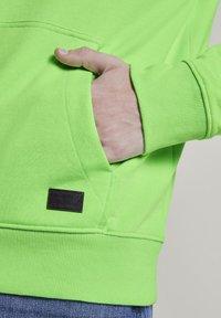 TOM TAILOR DENIM - STRICK & SWEATSHIRTS OVERSIZED KAPUZENSWEATER - Hoodie - neon lime green - 4