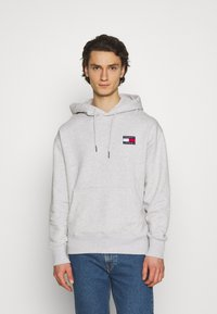 Tommy Jeans - BADGE HOODIE UNISEX - Sweat à capuche - silver grey heather - 0