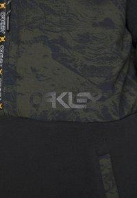 Oakley - FLIGHT TIME HOODY - Fleece jumper - blackout - 5