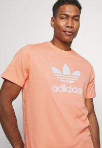 adidas Originals - TREFOIL UNISEX - T-shirts print - coral - 3