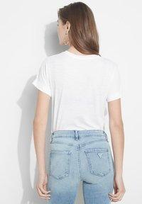 Guess - ROLL CUFF - T-shirt z nadrukiem - weiß - 2