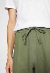 Anerkjendt - AKJOHN PANT - Trousers - olivine - 4