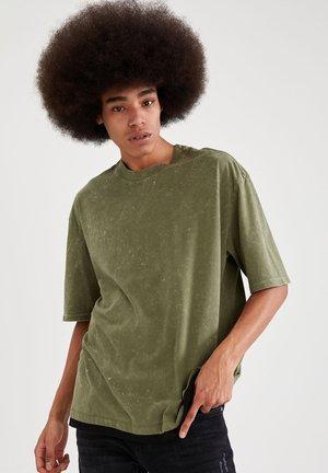 OVERSIZED - T-shirt med print - khaki
